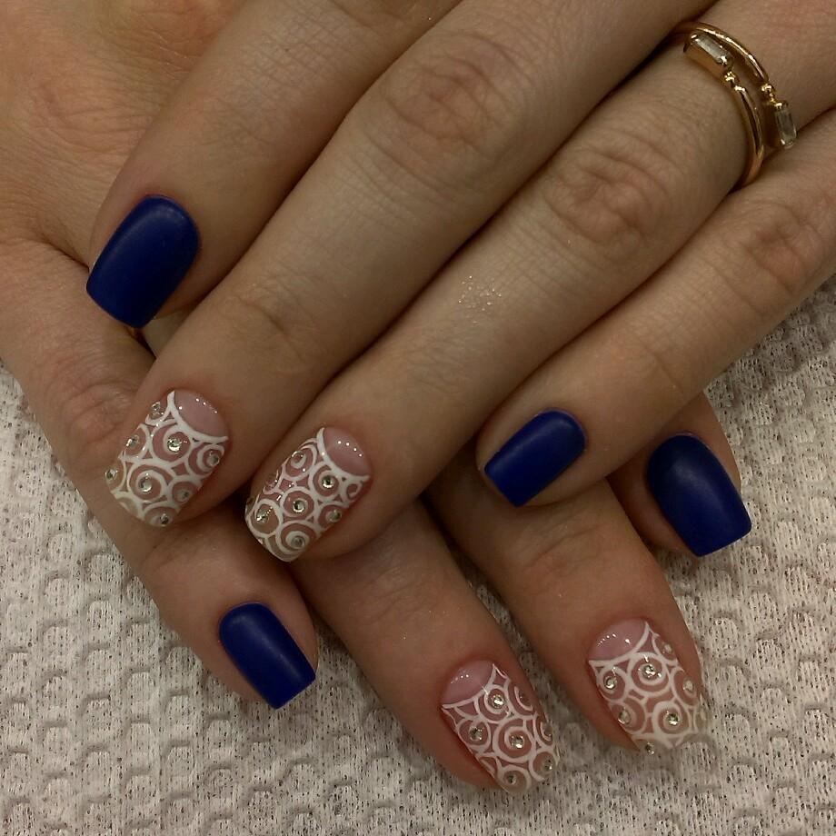Модный сине-белый лунный маникюр с кружевом