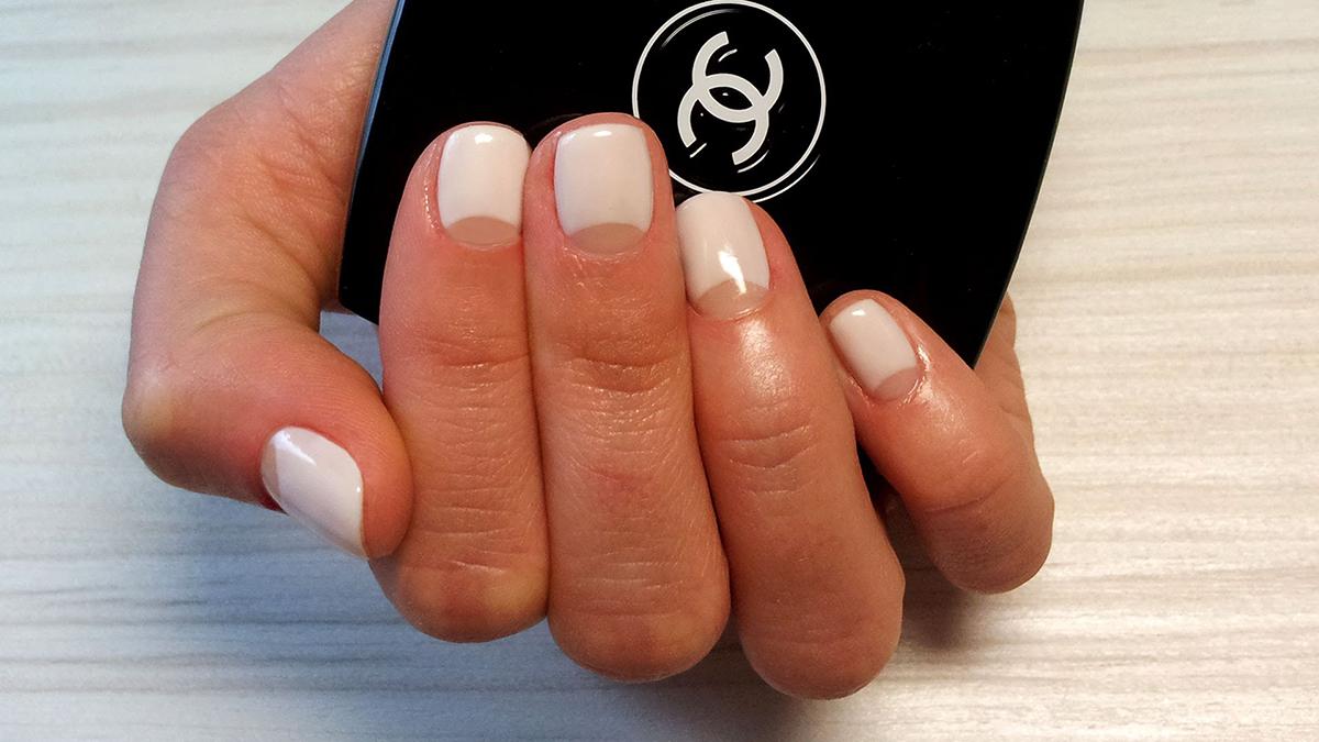Лунный маникюр на коротких ногтях с прозрачной лункой