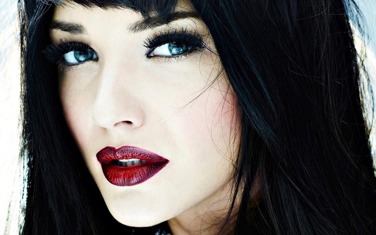 Белая кожа черные волосы и черные глаза