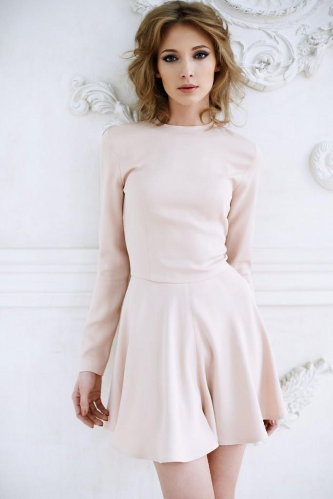 Короткое нежно кремовое платье с расклешенной юбкой