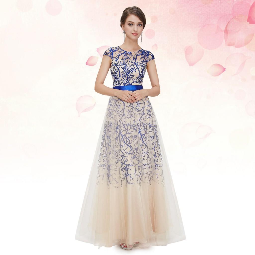 Длинное кремовое платье с синим узором на выпускной