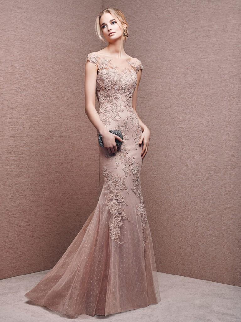 Длинное кремовое платье с узором на выпускной