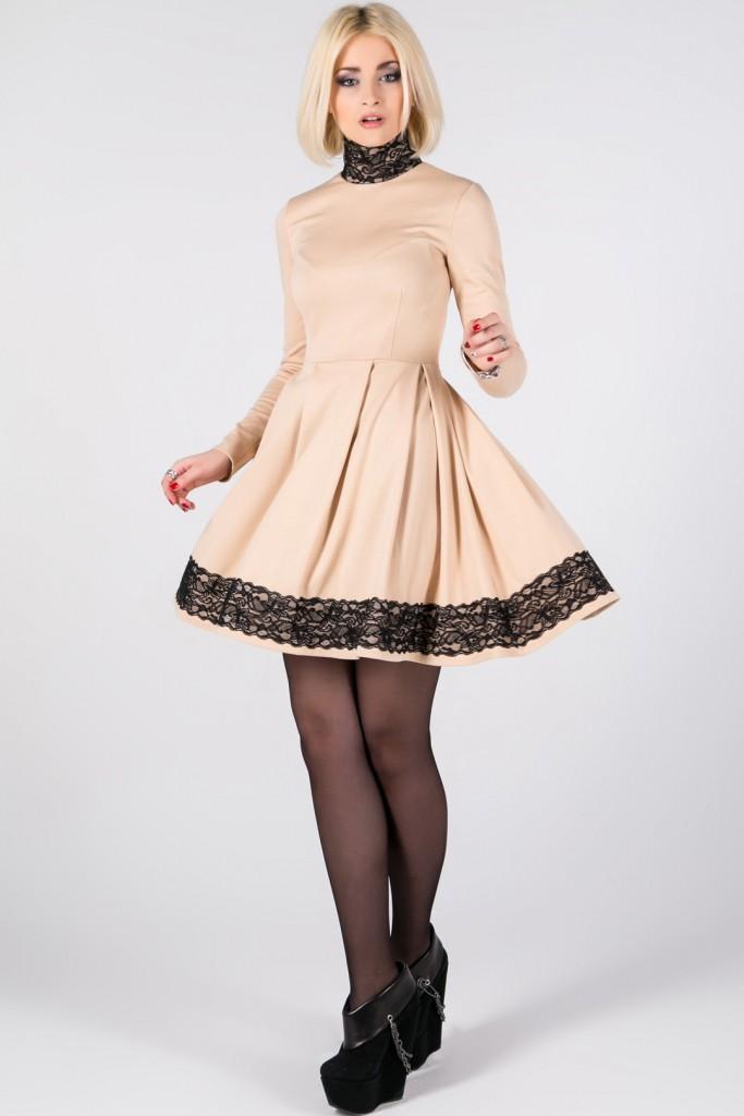 Короткое кремовое платье с черным кружевом на расклешенной юбке