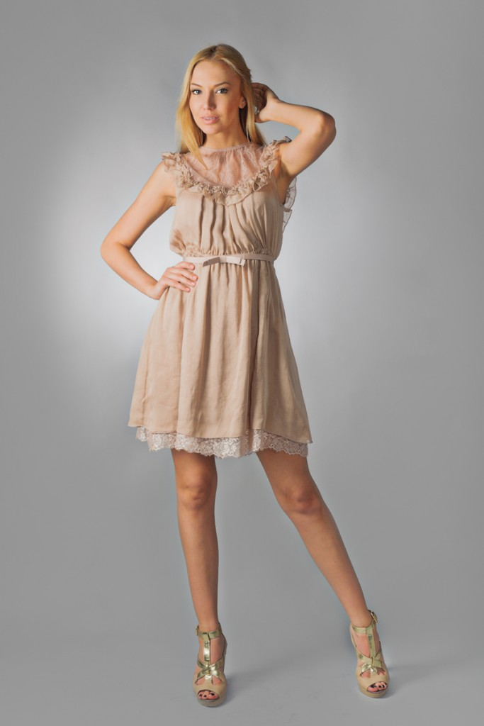 Кремовое платье с поясом