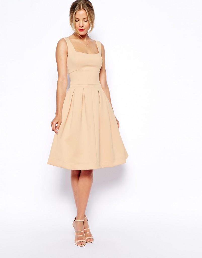Кремовое платье с расклешенной юбкой
