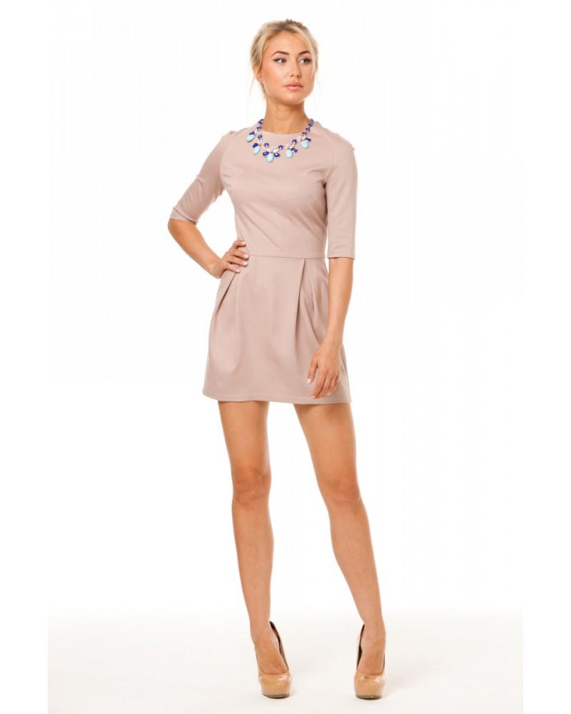 Короткое кремовое платье с ожерельем