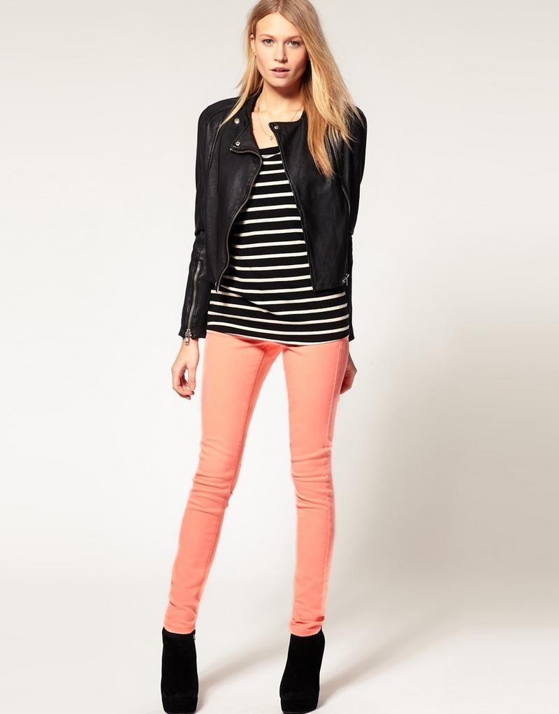 Оранжевые узкие брюки