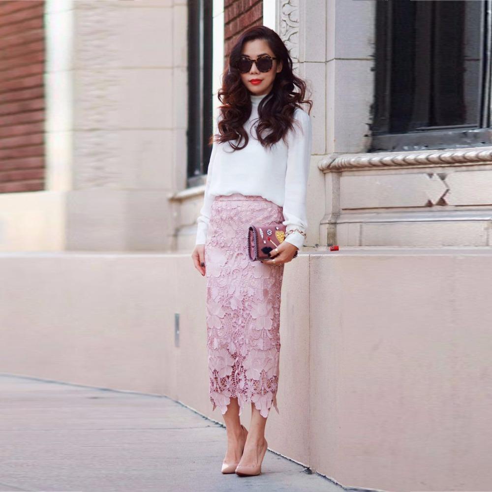 Вечерний образ с розовой кружевной юбкой и блузой