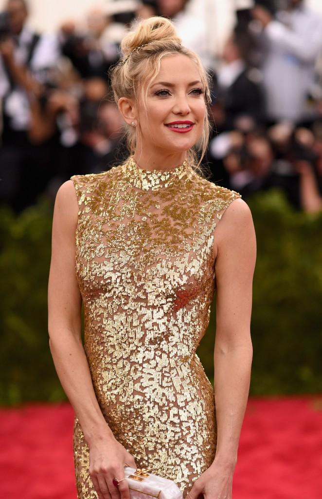 Золотое блестящее платье с клатчем