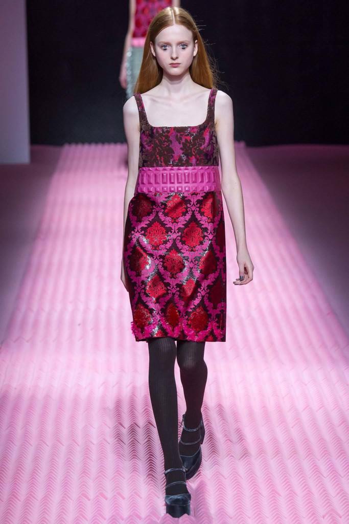 Черные колготки с розовым платьем