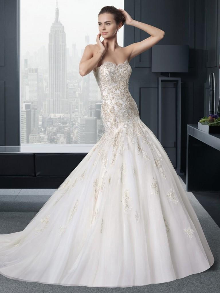 Свадебное платье с пышной юбкой и корсетом с вышивкой