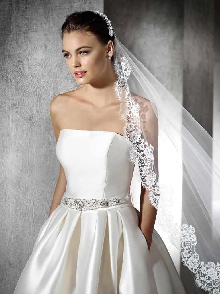 Красивое свадебное платье с корсетом и фатой