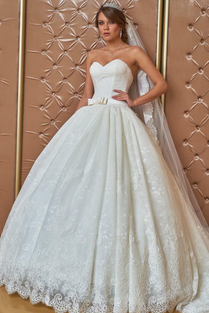 Свадебное платье с пышной юбкой и заниженным корсетом