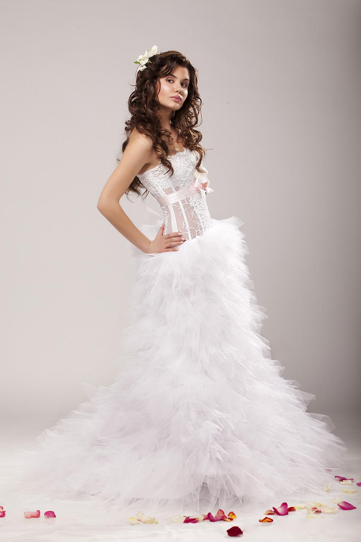 9be1b77fe52 ... Пышное свадебное платье с прозрачным корсетом ...