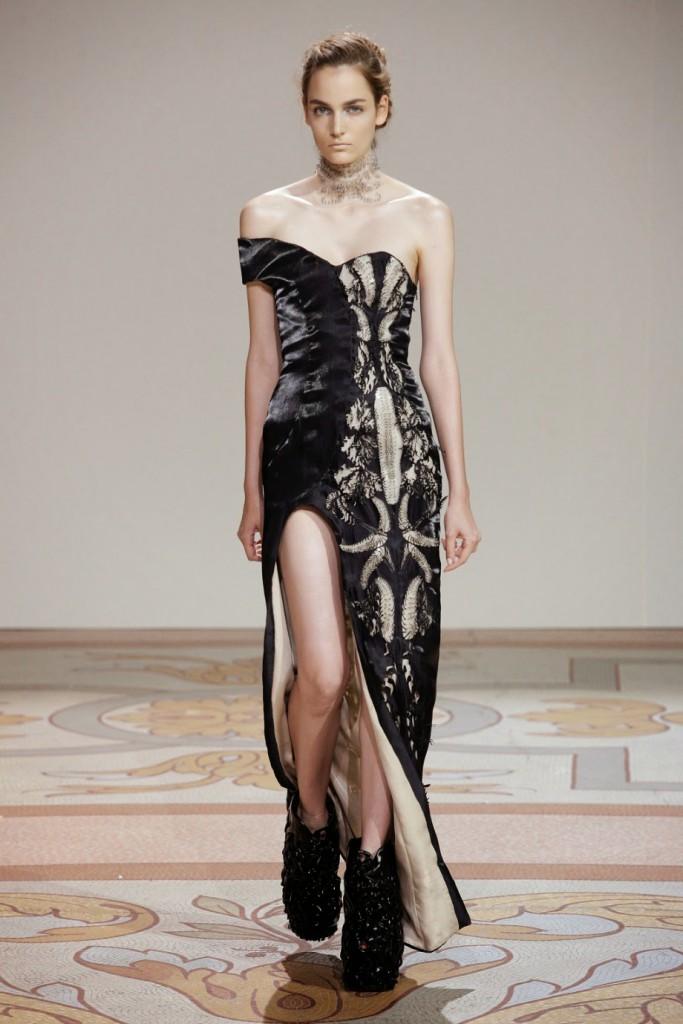Необычное черно платье в экстравагантном стиле