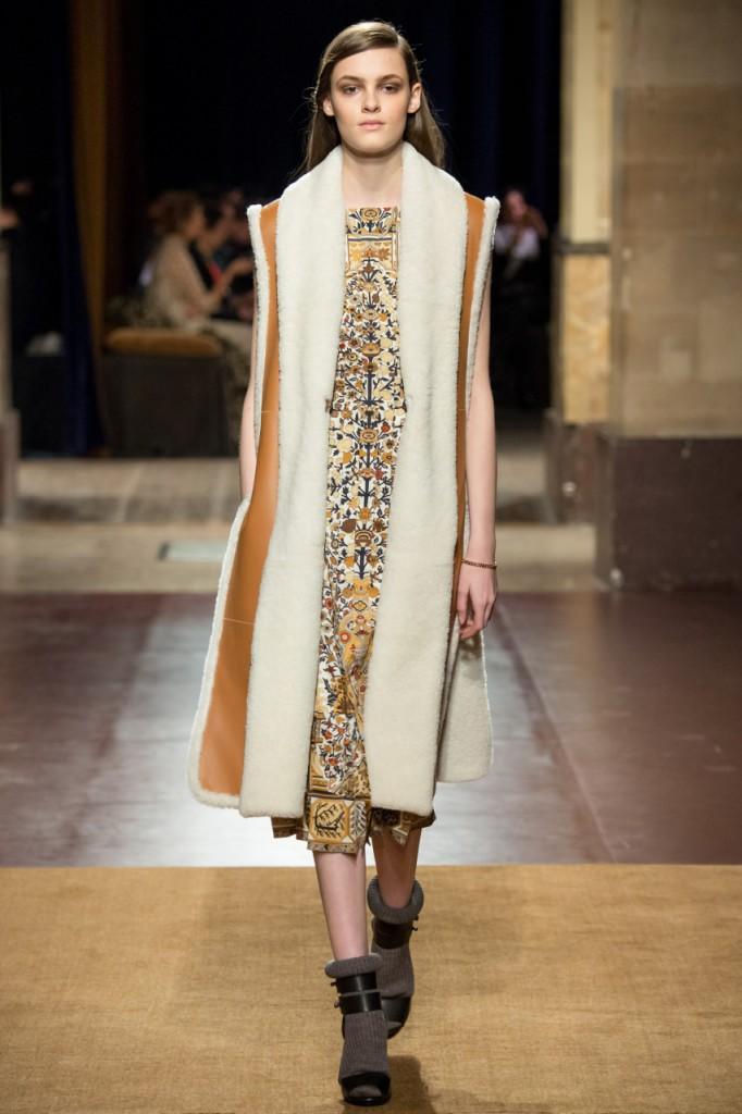 Экстравагантное женское пальто без рукавов