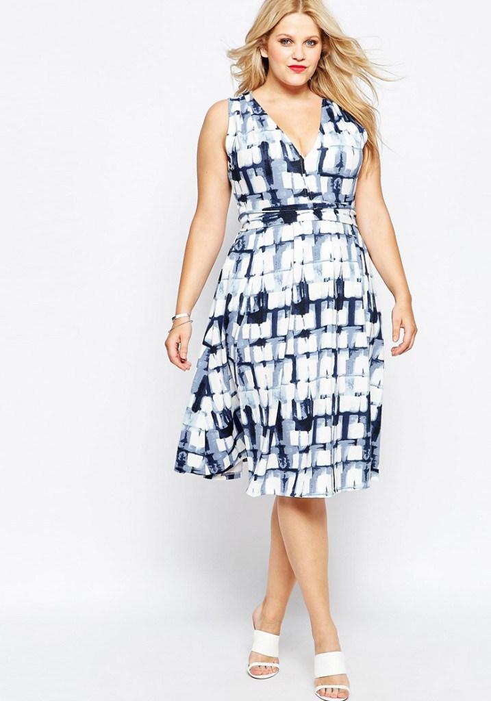 Красивое платье в морском стиле для полных девушек