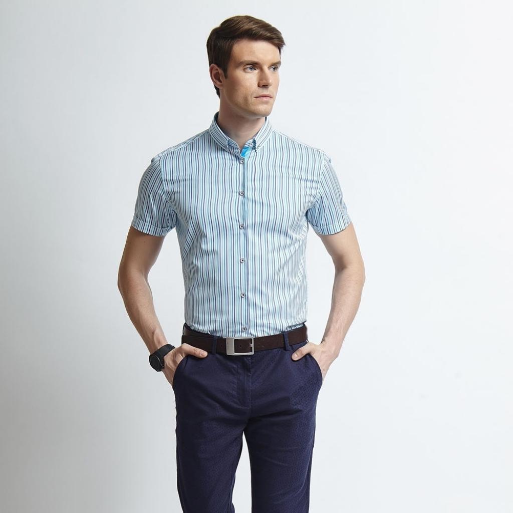 Мужская рубашка в полоску и синие брюки в стиле business casual