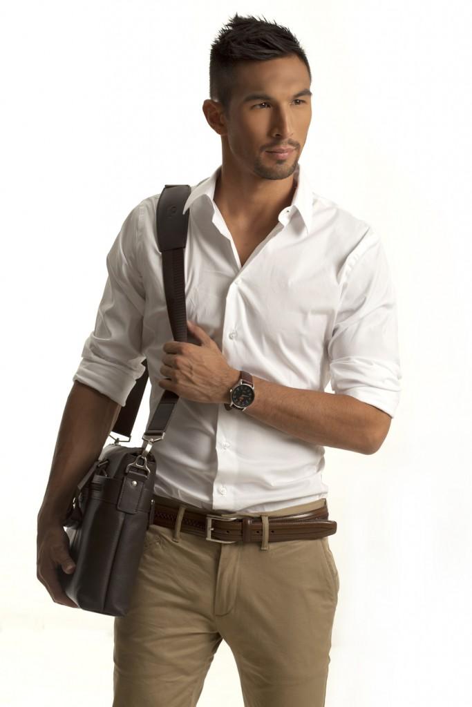Мужской образ с бежевыми брюками и белой рубашкой в стиле smart casual