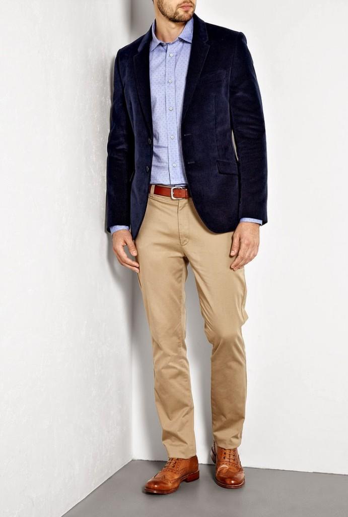 Мужские бежевые брюки и синий пиджак в стиле business casual