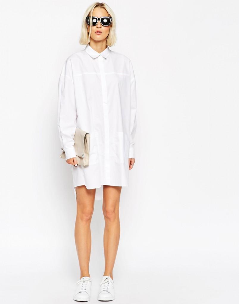 Белое короткое платье с кедами