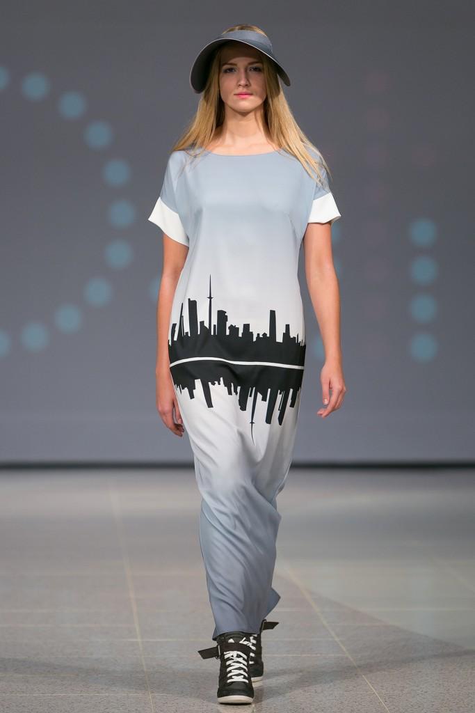 Красивое длинное платье с кедами