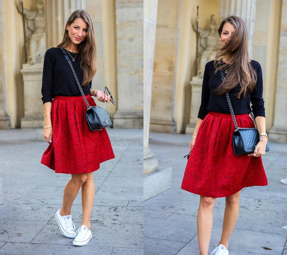 Красная вельветовая юбка с кедами