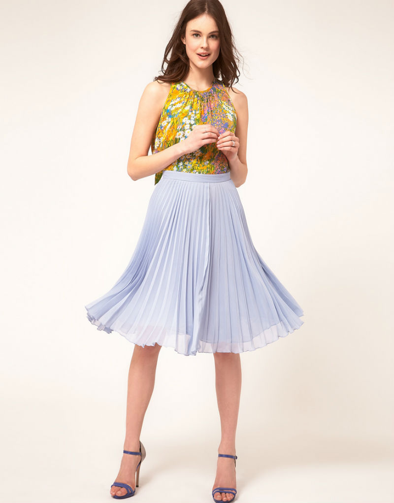 Сиреневая плиссированная юбка в романтическом стиле