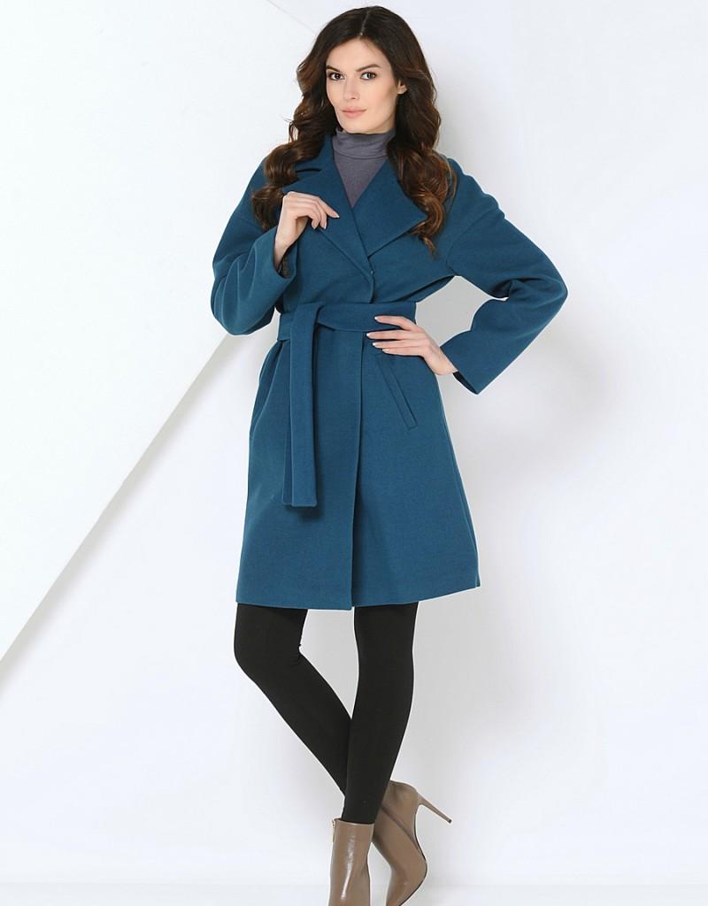 Синее женское пальто в стиле минимализм