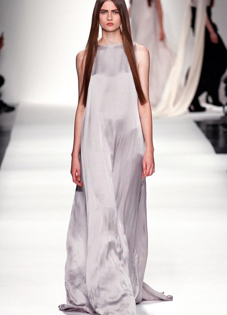 Длинное серебристое платье в стиле минимализм