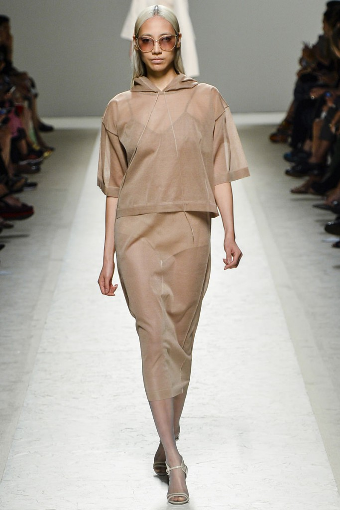 Бежевый наряд в минималистичном стиле