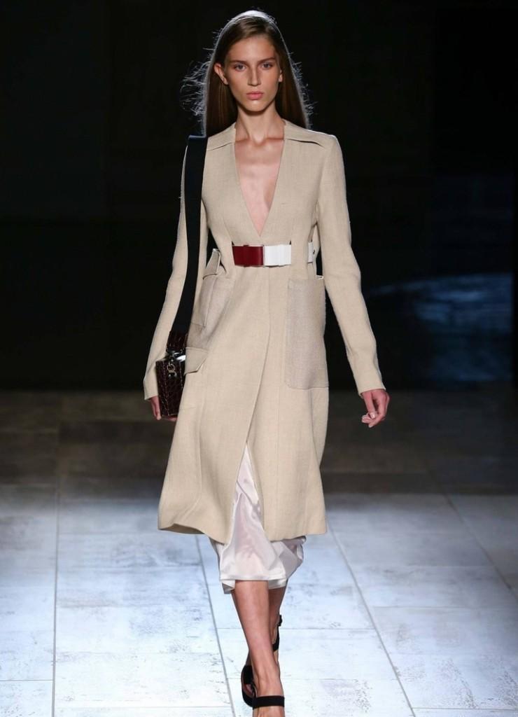 Необычное бежевое платье в стиле минимализм