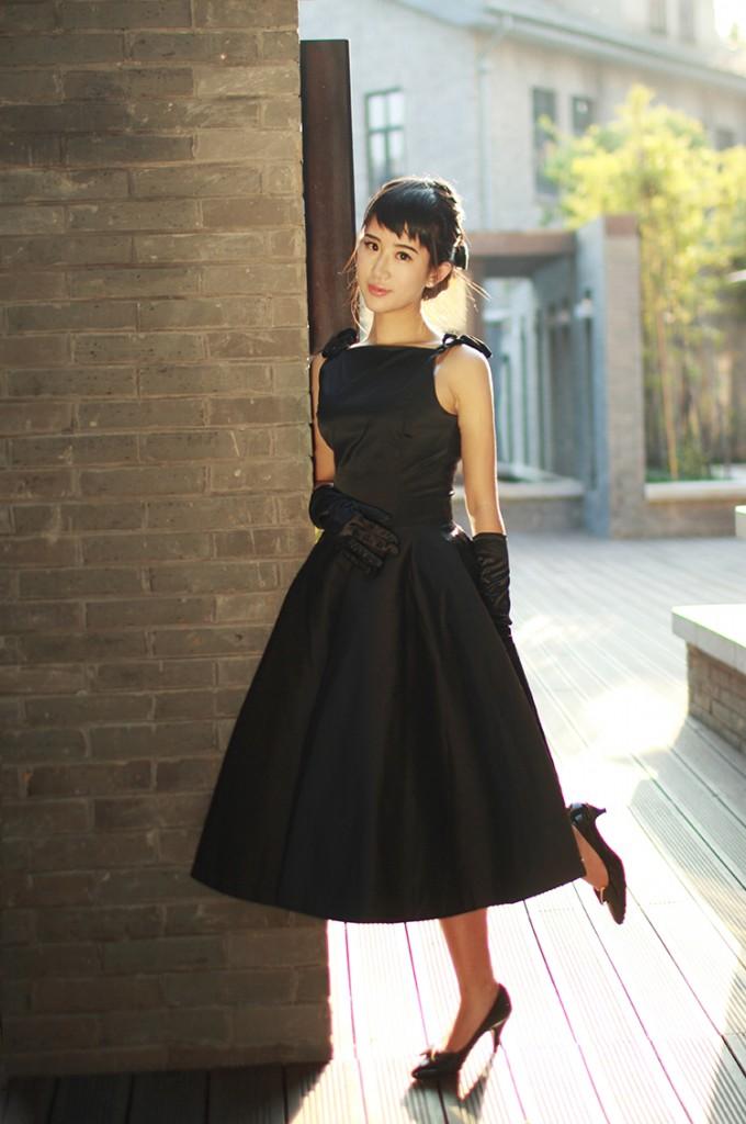 Черное элегантное платье в стиле нью лук