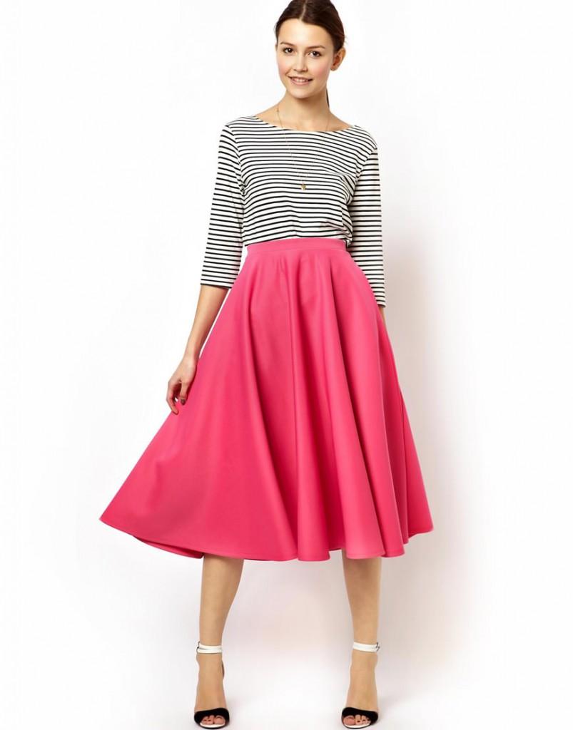 Женский лук с розовой юбкой и полосатой кофточкой в стиле нью лук