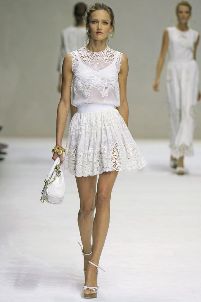 Белое короткое платье в стиле прованс