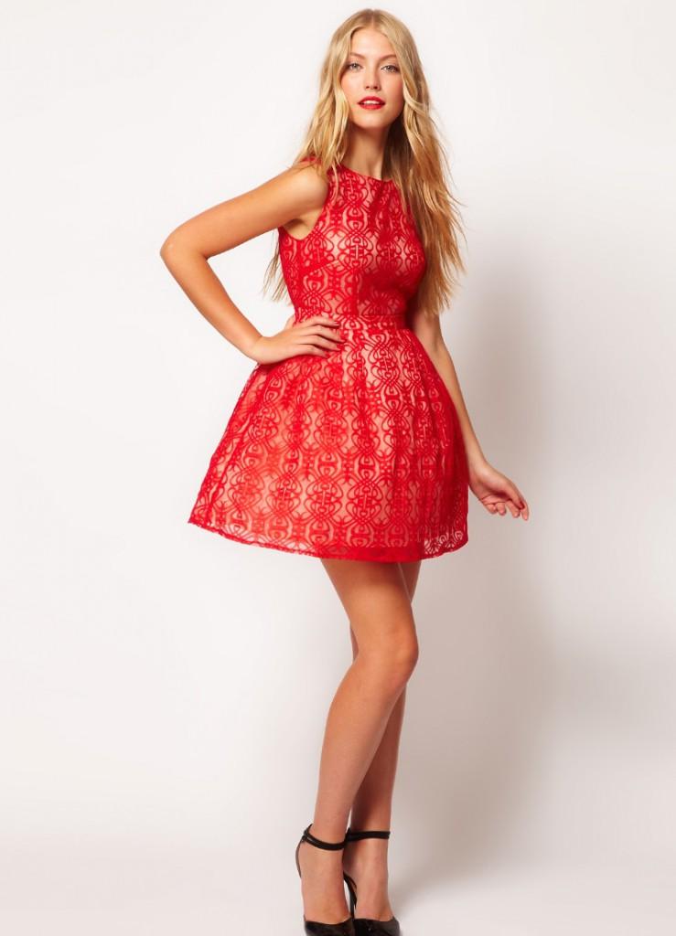 Короткое красное платье с пышной юбкой