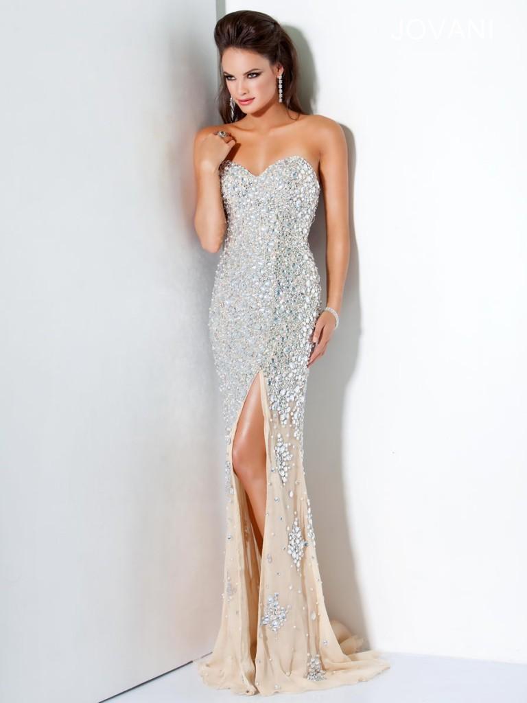 Длинное светлое вечернее платье с камнями
