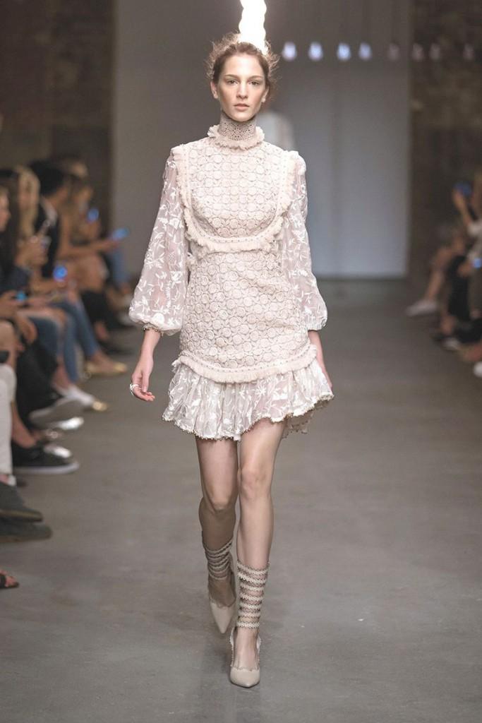 Короткое бежевое платье в викторианском стиле