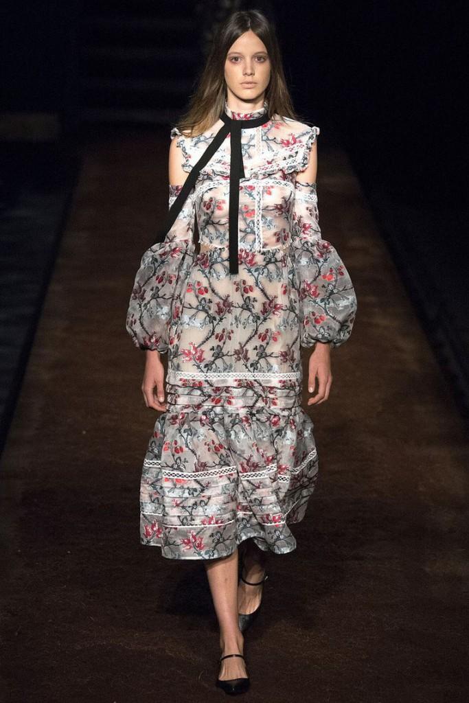 Полупрозрачное платье в викторианском стиле