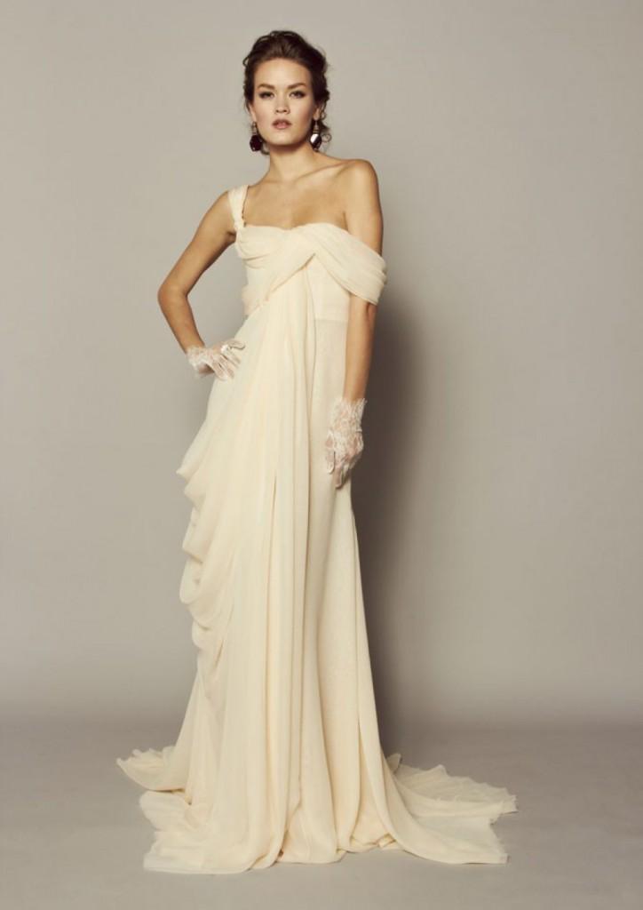 Длинное светлое платье в викторианском стиле
