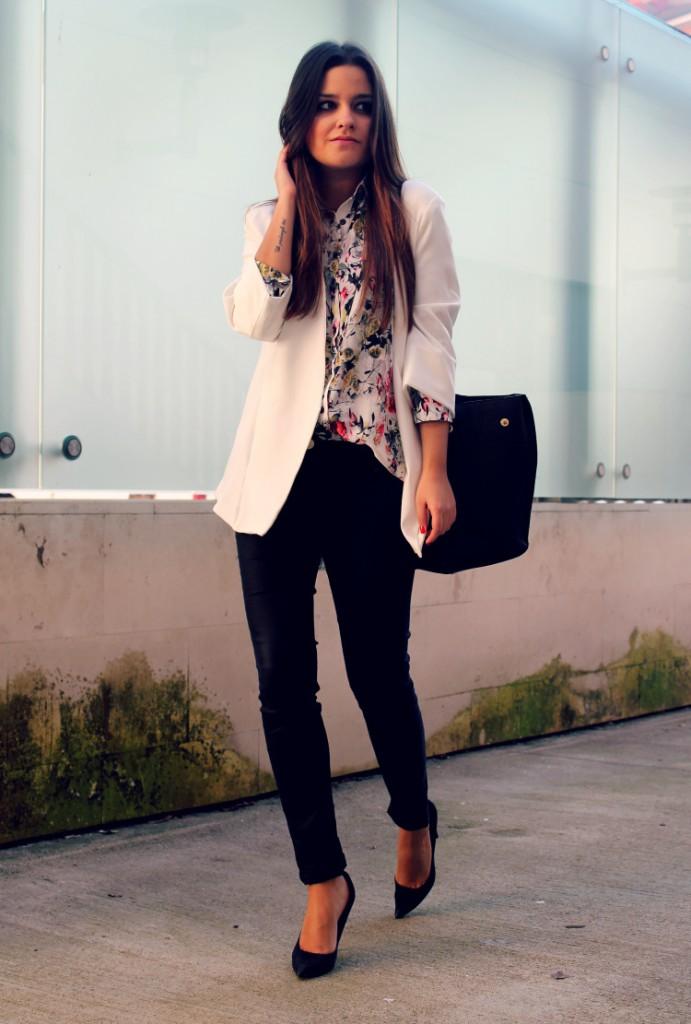 Женский образ с черными узкими брюками, цветочной блузкой и бежевым жакетом в стиле business casual