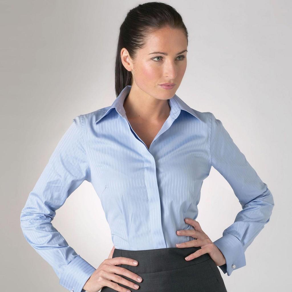 Голубая офисная рубашка для женщин после 40 лет
