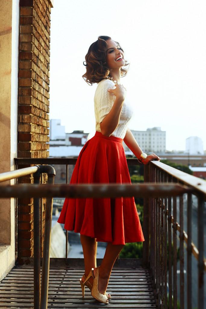 Красная юбка и кофточка в гардеробе женщины 30 лет