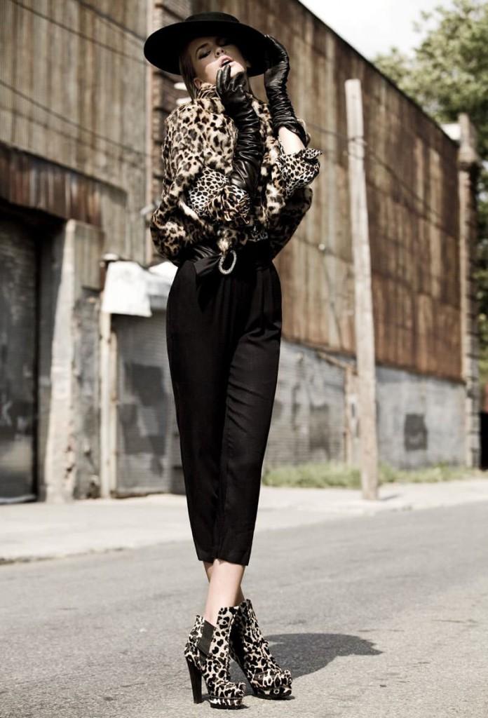 Леопардовые ботильоны и короткая шуба