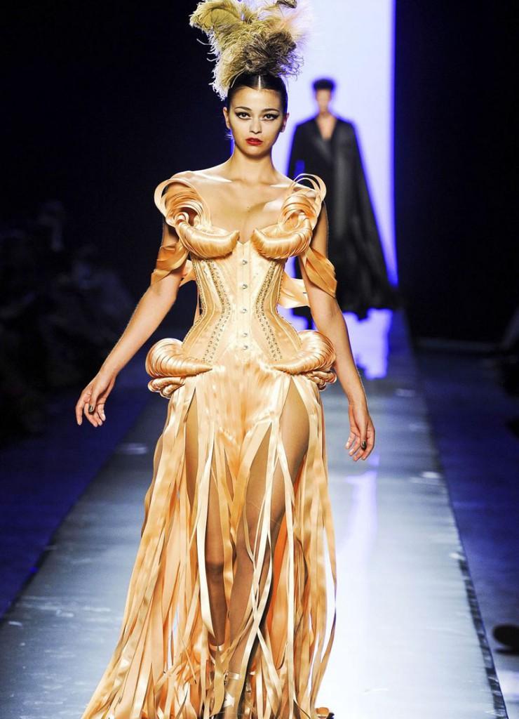 Золотистое платье в стиле рококо
