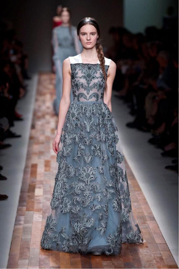 Серое длинное платье в стиле барокко
