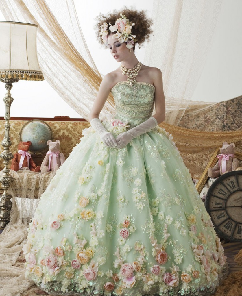 Женское платье в стиле рококо