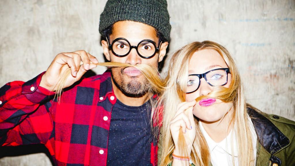 Парень и девушка, одетые в стиле хипстер