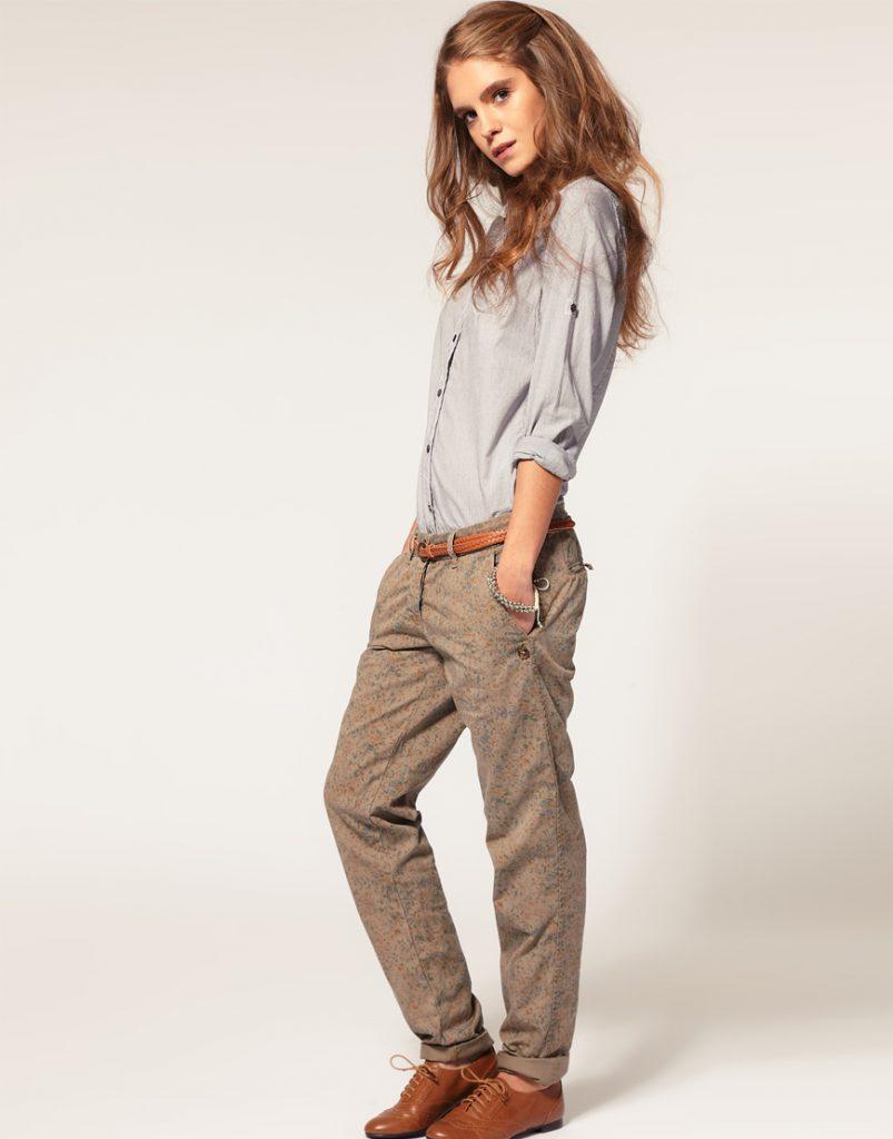 Бежевые женские брюки чинос с принтом