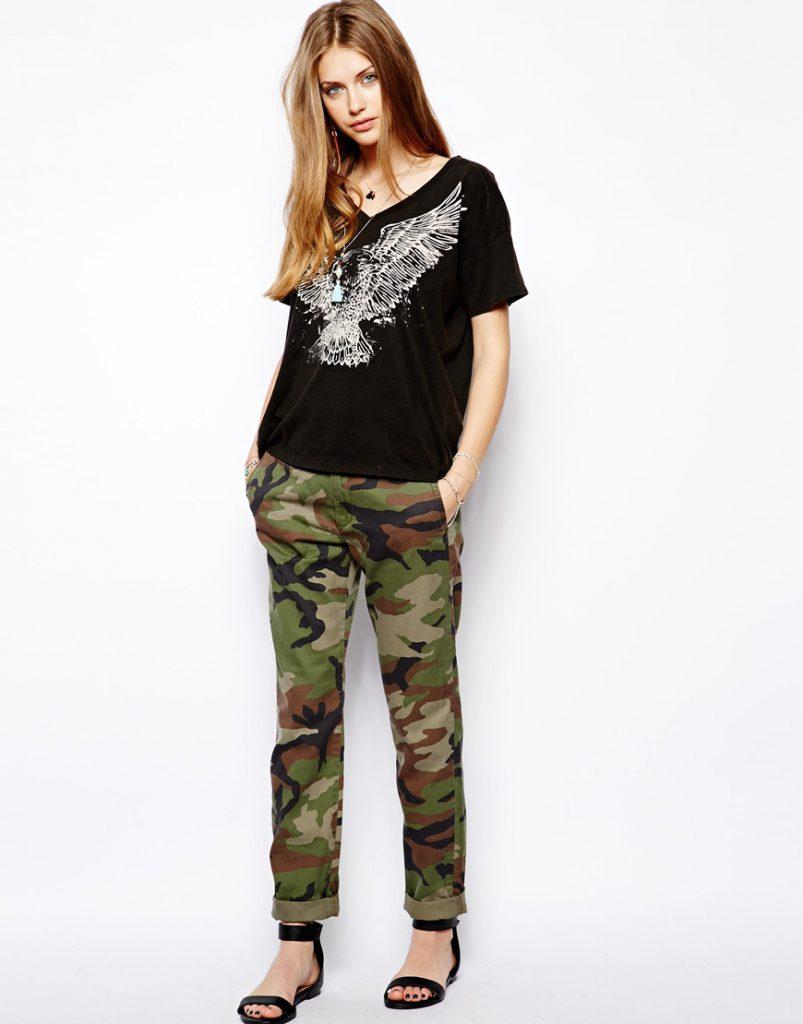 Женские брюки чинос с армейским принтом